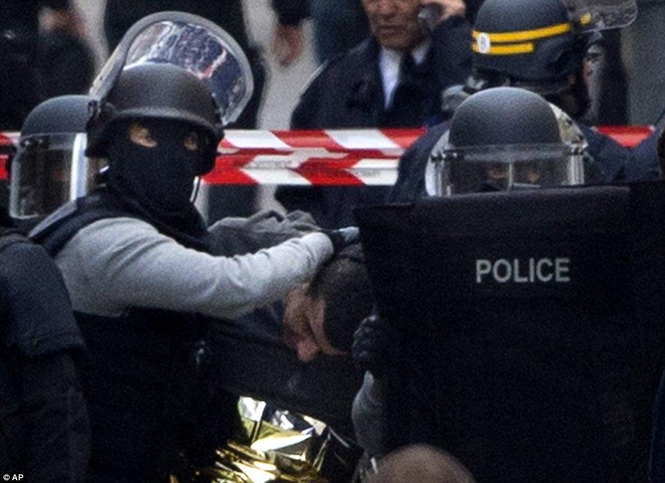 A saint denisi rajtaütés. Fotó: DailyMail